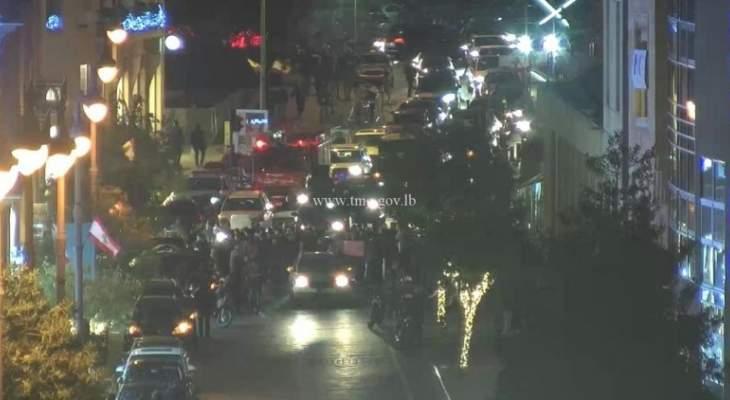 قطع السير عند شارع المصارف في بيروت من قبل بعض المحتجين
