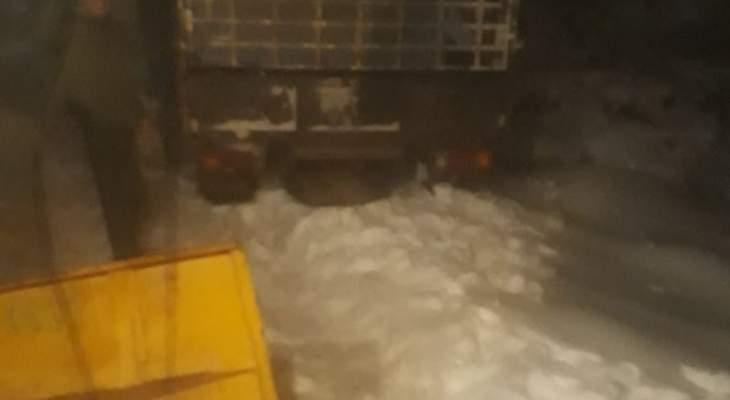 جرافة وآليتان أجلت سيارتين احتجزتهما الثلوج على طريق القموعة الشنبوق
