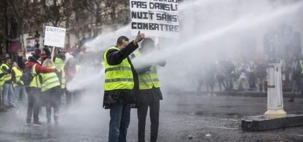 اشتباكات في باريس بين الشرطة الفرنسية ومحتجين على الأوضاع الإقتصادية
