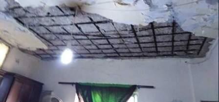 نجاة عائلة في مخيم المية ومية بعد انهيار جزء من سقف منزلها