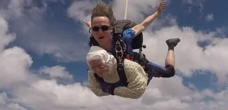 امرأة عمرها 102 تقفز بالمظلة من علو 4000 متر