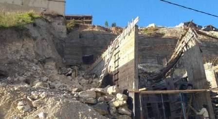 انهيار في التربة والصخور يهدد مبنى قيد الإنشاء في بقسطا