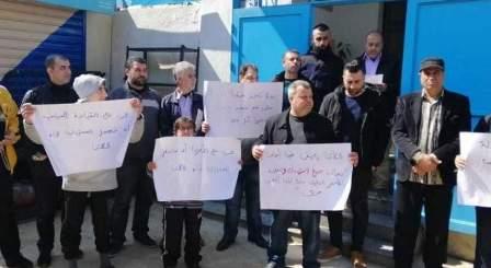 وقفة احتجاجية على الشارع الفوقاني أمام مكتب الأونروا بعين الحلوة للمطالبة بترميم المحلات التجارية