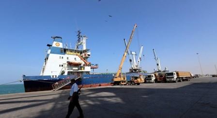 الجيش اليمني يبدأ إعادة انتشار أحادية في موانئ الحديدة وحكومة هادي تشكّك