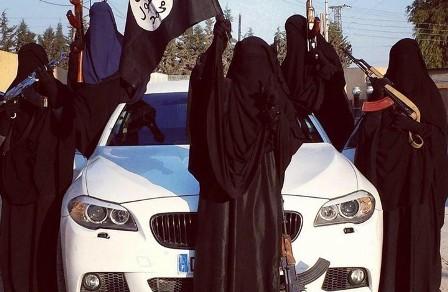 يضعن الكلاشنيكوف جنباً ويُنجبن.. ما روَته الطبيبات عن نساء داعش خطير!