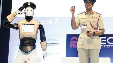 دبي تعلن انضمام أول شرطي آلي إلى صفوف كوادرها.. هذه وظائفه