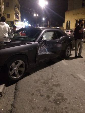 بالصور: حادثة تصادم بين سيارتين قرب جامع الزعتري