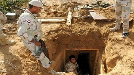 الجيش المصري يدمر نفقا على الحدود مع غزة