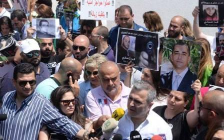 أهالي ضحايا السلاح المتفلّت تجمّعوا في ساحة الشهداء وطالبوا الدولة بتحمّل مسؤوليّاتها