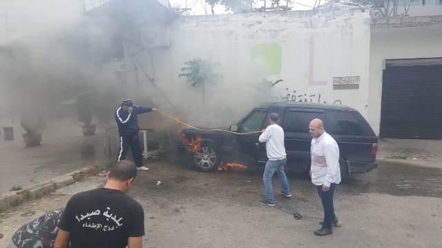 بالصور: إخماد حريق سيارة في موقف زيدان في صيدا