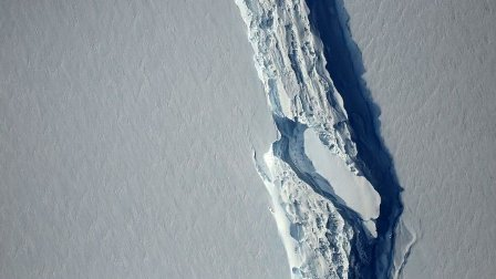 انفصال جبل جليدي ضخم عن أنتركتيكا