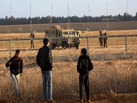 الاحتلال يعتقل 3 شبان بزعم اجتيازهم حدود القطاع