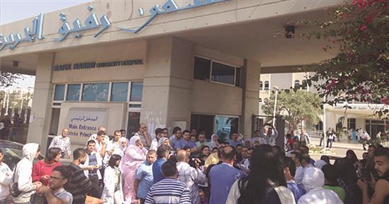 موظفو «مستشفى الحريري» يعتصمون