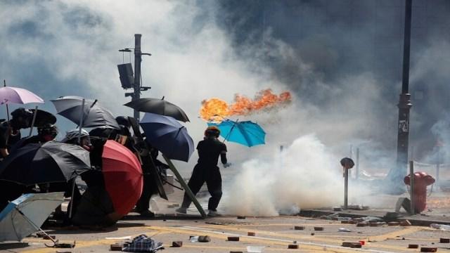 مواجهات حامية الوطيس بين شرطة هونغ كونغ وطلاب جامعيين