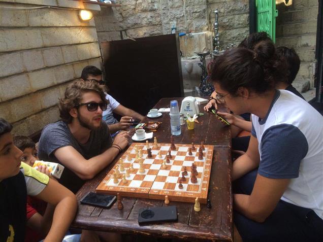 في إهدن.. صراع الأجيال بين الزهر والشطرنج