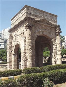 اللاذقية القديمة تعانق قوس النصر وتضج بالحياة