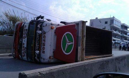 بالصور - جرحى إثر إنقلاب شاحنة على طريق بحنين - المنية