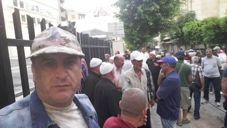 المتقاعدون العسكريون أغلقوا طرق المرفأ ومصرف لبنان