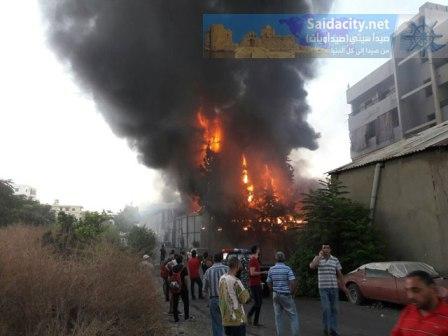 حريق كبير في مستودع للفحم عند أطراف المدينة الصناعية في صيدا