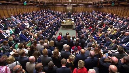 البرلمان البريطاني يوجه أول صفعة قوية إلى جونسون