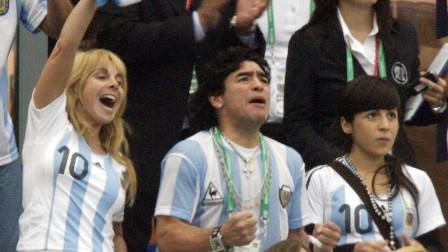 مارادونا: خرجت من الغيبوبة بفضل ابنتي