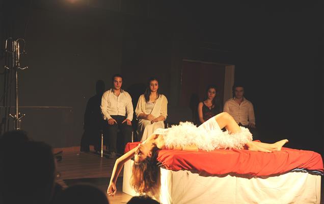 مسرحيون سوريون يلوذون بالهواة وآخرون ينشدون رسم الاشتراك!