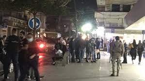 محتجون في شارع المصارف في صيدا اعتراضا على التلاعب بسعر صرف الدولار