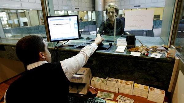 تحذير من سحب ودائع المصارف اللبنانية.. نتائج كارثية لرفع الضرائب!
