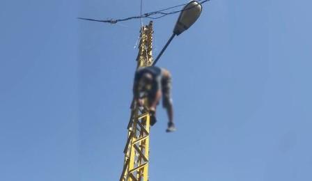 بالفيديو.. قصّة مياوم توفّي على عمود الكهرباء!
