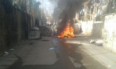 قطع الطريق وحرق مستوعبات النفايات في مخيم عين الحلوة احتجاجاً على عنصرية