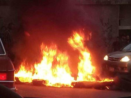 قطع طريق مدخل مخيم المية ومية بالاطارات المشتعلة !!