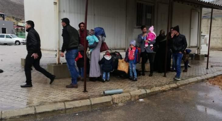 400 نازح سوري يتجمعون عند نقطة المصنع استعدادا للعودة لبلدهم
