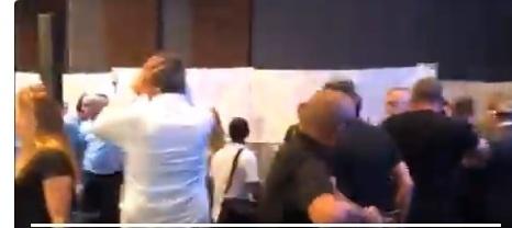 بالفيديو.. لحظة هروب رئيس وزراء العدو الإسرائيلي بنيامين نتنياهو من قاعة في أسدود عقب تعرضها لقصف من المقاومة الفلسطينية