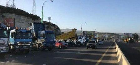 تجمع للشاحنات على أوتوستراد الزهراني صيدا بالإتجاهين