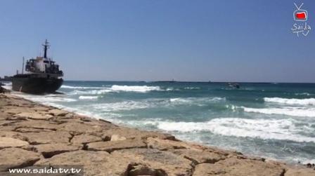 بالفيديو: محاولات الدفاع المدني لجر الباخرة الى البحر لم تنجح الى الآن