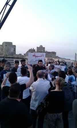 وقفة تضامنية لحملة بدنا نحاسب امام قلعة صيدا رفضا للتمديد و للمطالبة بالنسبية