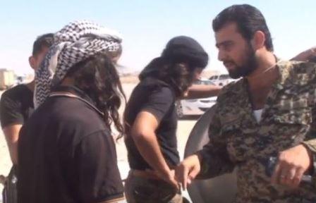 بالفيديو- ماذا قال جندي سوري لعنصر من