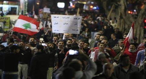 بالفيديو: ثوار صيدا يصرخون شو بعدك ناطر يا مواطن يا كريم نزال عالشارع