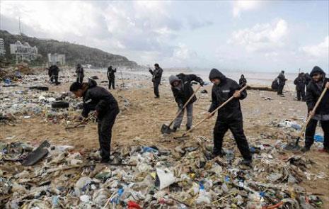 بحر لبنان وأنهاره تنضح بما فيها من نفايات