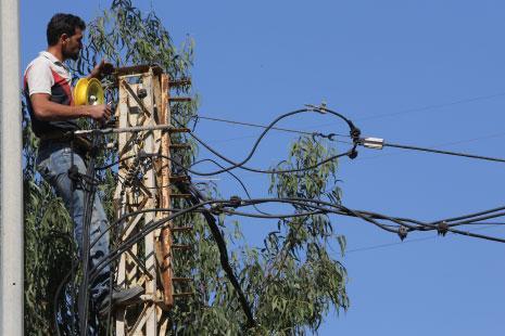 مياومو الكهرباء: حياة معلّقة على خطوط «التوتّر العالي»