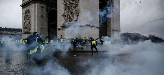 مباشر من باريس.. إصابات ومواجهات وغاز مسيل للدموع وآلاف السترات تملأ الشوارع ضد ماكرون