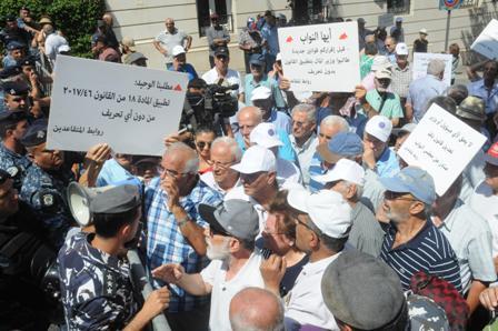 متقاعدو التعليم الرسمي اعتصموا أمام بيت الوسط مطالبين بتطبيق المادة 18