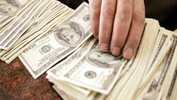 موظفون يتقاضون رواتبهم... «مع وقف التنفيذ»
