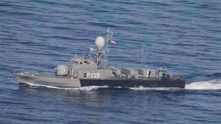 طراد إيراني يجبر سفينة أمريكية على الابتعاد عنه في مياه الخليج