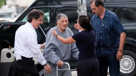 الإفراج عن أقدم سجين معمر في أمريكيا