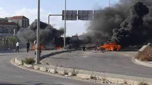 قطع طريق سينيق عند مدخل صيدا الجنوبي بالسواتر الترابية والاطارات المشتعلة