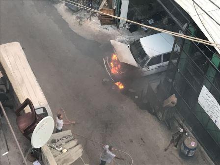 بالصور... احتراق سيارة في عين الحلوة قرب جامع خالد بن الوليد..