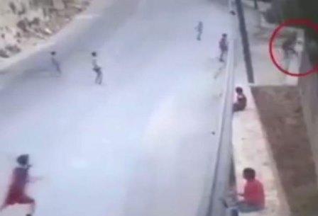 طفل سوري سقط من فوق جدار بإرتفاع 10 أمتار ببقسطا ولم يصب بأي أذى