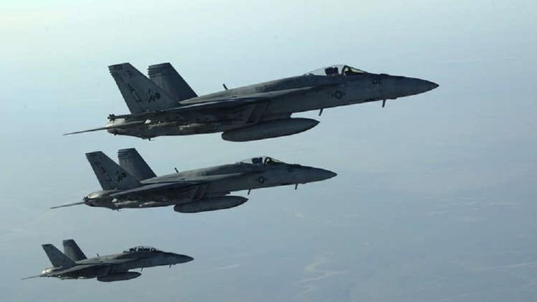 العراق.. طائرة تابعة للتحالف الدولي تُشعل حريقاً في قاعدة سبايكر