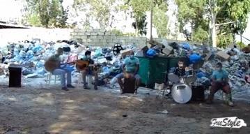 بالفيديو...أغاني عن الزبالة